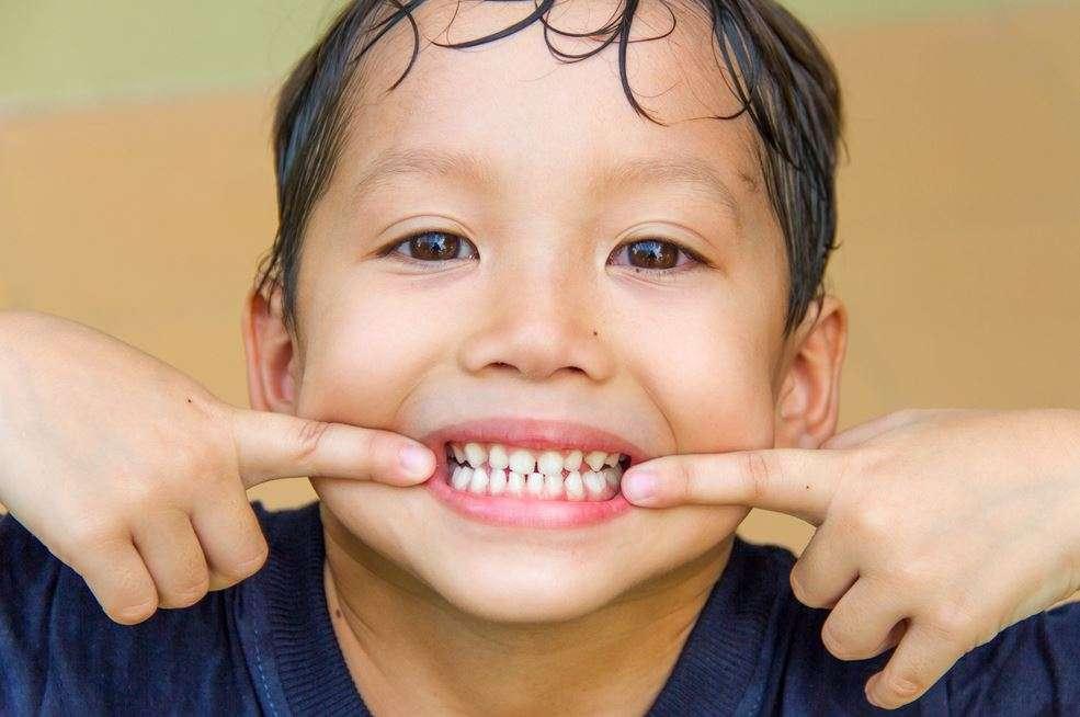 أعراض ظهور الأسنان الدائمة عند الأطفال